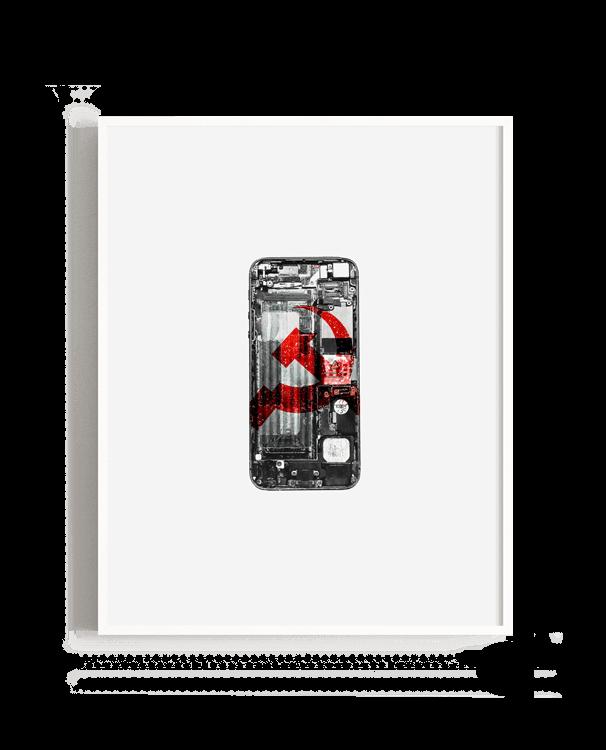 Un móvil destruido con la representación del símbolo comunista dentro de sus circuitos